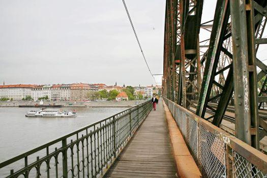 zwiedzanie pragi lato w pradze most nad wełtawą